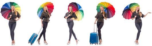 La donna con la valigia e l'ombrello isolati su bianco fotografie stock
