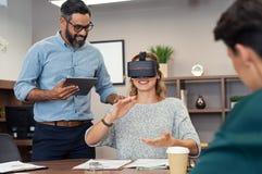 La donna con virtuale googla all'ufficio immagine stock