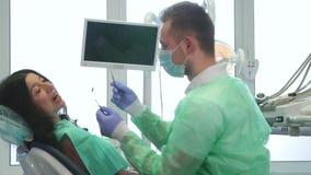 La donna controlla su al dentista archivi video