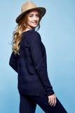 La donna copre il colore blu scuro a del maglione dei pantaloni del vestito del cashmere della lana Fotografia Stock Libera da Diritti