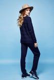 La donna copre il colore blu scuro a del maglione dei pantaloni del vestito del cashmere della lana Immagine Stock