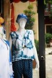 La donna copre il modello davanti al negozio di vestiti fotografie stock libere da diritti