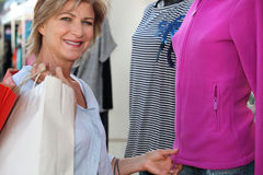 La donna copre l'acquisto Immagini Stock Libere da Diritti
