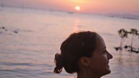 La donna corrente all'aperto tira durante il tramonto Movimento lento 1920x1080 stock footage