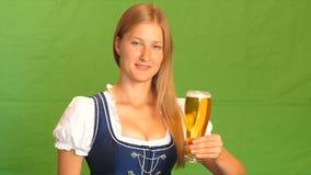 La donna in costume bavarese ride e mostra i pollici su Schermo verde archivi video