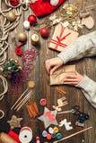 La donna crea i regali alla moda di natale Immagine Stock