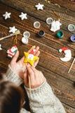 La donna crea i regali alla moda di natale Fotografie Stock Libere da Diritti