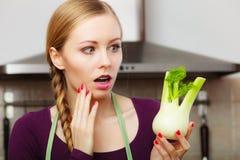 La donna in cucina tiene l'ortaggio a bulbo crudo del finocchio Fotografia Stock Libera da Diritti