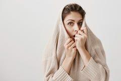 La donna curiosa vuole sentire il resto della storia spaventosa Maglione di trazione femminile caucasico adulto affascinante sul  Fotografia Stock
