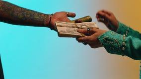 La donna dà i soldi per le merci da corpo a corpo azione Il concetto di commercio ai vecchi tempi archivi video