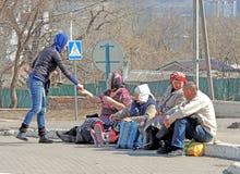 La donna dà le elemosine a Pasqua Immagini Stock Libere da Diritti