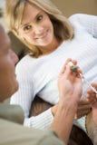 La donna d'aiuto dell'uomo inietta le droghe per preparare per IVF immagini stock