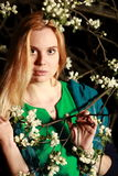 La donna dai fiori sull'albero nella notte, ritratto del primo piano, esamina la u Fotografie Stock Libere da Diritti