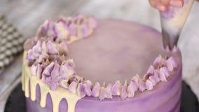 La donna decora il dolce con la siringa culinaria archivi video