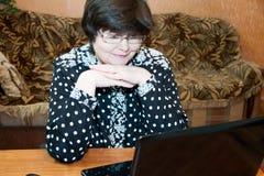 La donna degli anni medii parla sulla comunicazione visiva Immagini Stock Libere da Diritti