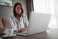 La donna del †domestico di lavoro di concetto «lavora per un computer da una casa immagini stock libere da diritti