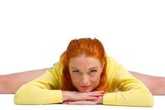 La donna del ballerino si siede su cordicella e sull'allungamento isolati su bianco Fotografie Stock Libere da Diritti