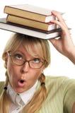 La donna del Bookworm trasporta la pila di libri sulla testa Immagini Stock Libere da Diritti