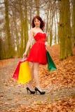 La donna del cliente di autunno con la vendita insacca all'aperto in parco Fotografie Stock