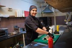 La donna del cuoco prepara la cucina del ristorante di sushi dell'alimento Immagini Stock Libere da Diritti