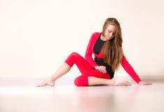 La donna del danzatore si siede su cordicella mezza Immagini Stock