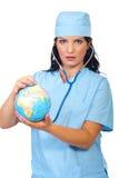 La donna del medico esamina il globo del mondo Immagine Stock Libera da Diritti