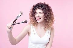 La donna del primo piano con trucco spazzola vicino al fronte Fotografia Stock Libera da Diritti