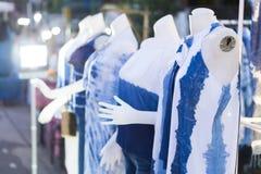 La donna del primo piano copre il colore blu con il manichino allo stree di camminata immagine stock