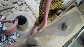 La donna del primo piano si appoggia la Tabella gira il tornio da vasaio a piedi archivi video