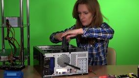 La donna del tecnico elimina il disco rigido del pc e lo esamina stock footage