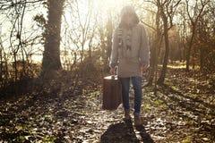La donna del viaggiatore comincia il suo viaggio nella foresta misteriosa immagine stock