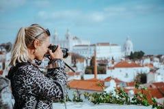 La donna del viaggiatore fa un'immagine di paesaggio urbano di Lisbona Il panteon nazionale e gli asciugamani di Vicente de Fora  Fotografia Stock Libera da Diritti