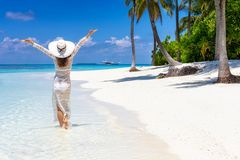 La donna del viaggiatore gode della sua vacanza tropicale della spiaggia fotografia stock libera da diritti