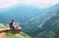 La donna del viaggiatore gode di con il paesaggio delle montagne Concetto va di viaggio fotografie stock