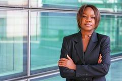 La donna dell'afroamericano con le braccia ha piegato Immagine Stock Libera da Diritti
