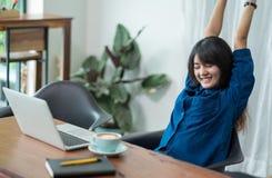 La donna dell'Asia si rilassa dopo il lavoro, braccio femminile dell'aumento su che allunga dentro Immagine Stock Libera da Diritti