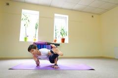 La donna dell'aspetto europeo si è impegnata nell'yoga nello studio di forma fisica Fotografia Stock