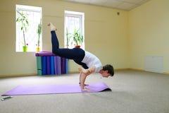 La donna dell'aspetto europeo si è impegnata nell'yoga nello studio di forma fisica Fotografie Stock