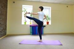 La donna dell'aspetto europeo si è impegnata nell'yoga nello studio di forma fisica Fotografia Stock Libera da Diritti