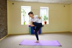 La donna dell'aspetto europeo si è impegnata nell'yoga nello studio di forma fisica Fotografie Stock Libere da Diritti