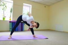 La donna dell'aspetto europeo si è impegnata nell'yoga nello studio di forma fisica Immagini Stock Libere da Diritti