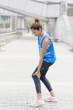 La donna dell'atleta ha dolore di gamba dopo l'esercizio immagine stock libera da diritti