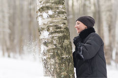 La donna dell'inverno si diverte all'aperto Immagini Stock Libere da Diritti