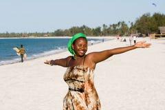 La donna dell'Uganda gode della spiaggia Immagine Stock Libera da Diritti