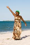 La donna dell'Uganda gode della spiaggia Fotografie Stock Libere da Diritti