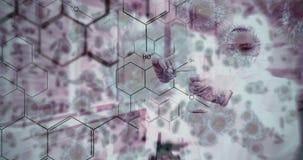 La donna della composizione in scienza in laboratorio, ha illustrato le formule chimiche ed animato stock footage