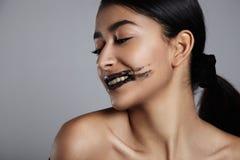 La donna della corsa mista di bellezza con un labbro sfrega il trattamento sopra Immagini Stock Libere da Diritti