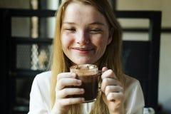 La donna della gioventù beve il concetto saporito della cioccolata calda Immagine Stock Libera da Diritti