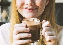 La donna della gioventù beve il concetto saporito della cioccolata calda Immagini Stock