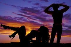 La donna della siluetta in bikini distende il cowboy dei talloni fuori Immagine Stock